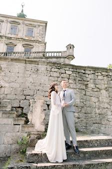 아름다운 동화 신혼 아시아 몇 손을 잡고 오래 된 중세 성 근처 키스