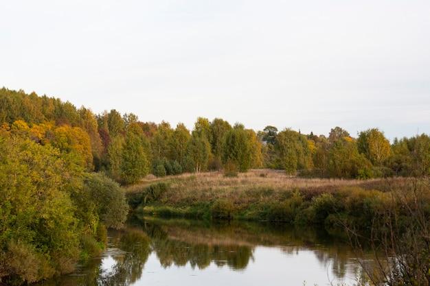 Прекрасный осенний день у реки.