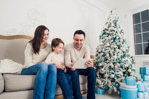 クリスマスを祝う美しい家族