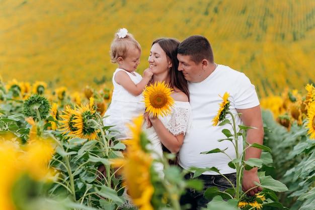 ひまわり畑で美しい家族