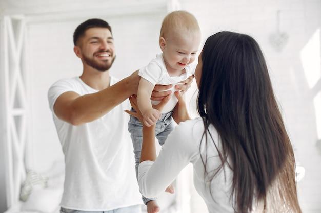 美しい家族がバスルームで時間を過ごす