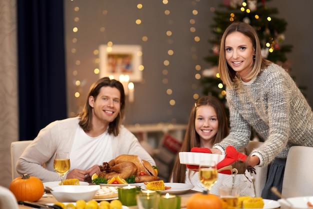 クリスマスを家で過ごす美しい家族