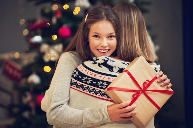 クリスマスを家で過ごす美しい家族 Premium写真