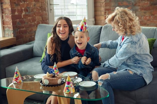 Красивая семья, проводящая время вместе, празднование вечеринки