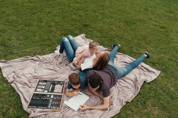 아름다운 가족이 함께 시간을 보내고 자연을 그립니다.