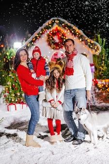 Красивая семья с детьми и собакой на рождество