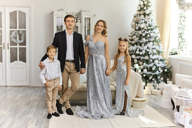 2人の子供を持つ美しい家族
