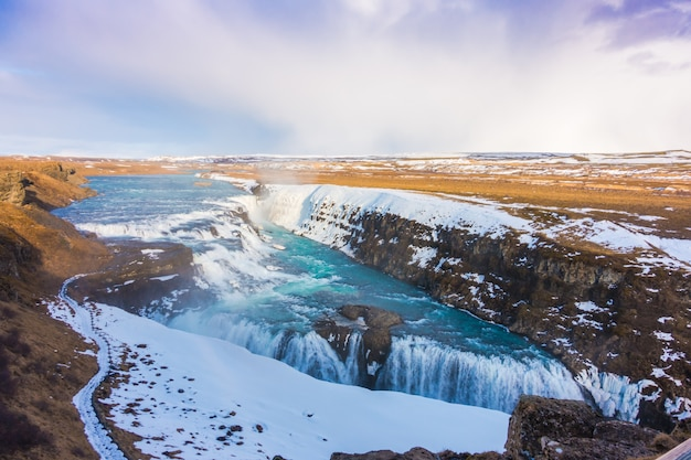 Красивый знаменитый водопад в исландии, зимний сезон.