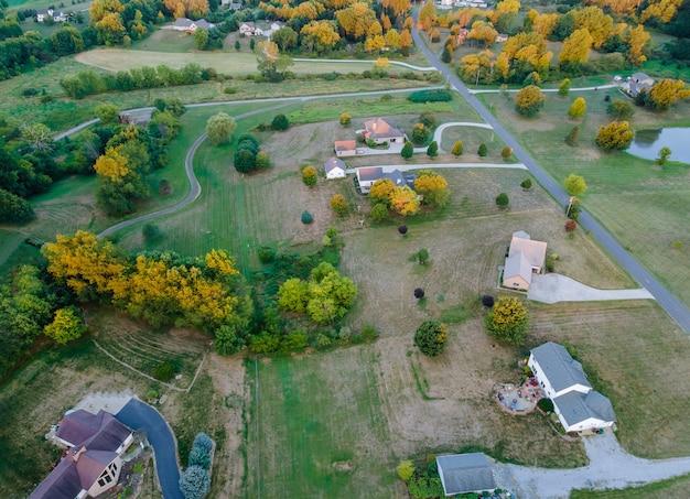 アメリカの風景のオハイオ州の田舎の家の納屋の空撮の美しい農地