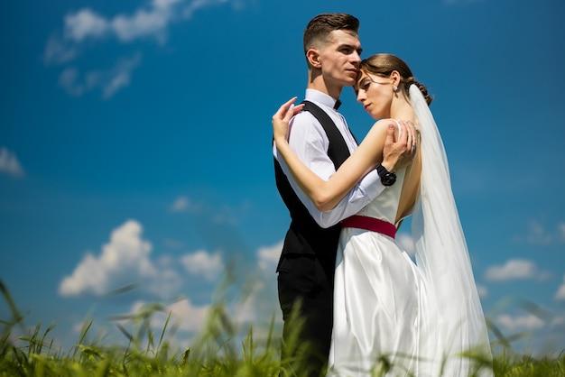 結婚式の日の美しいファッションの新郎新婦