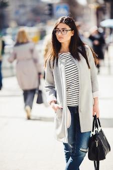 Bellissima modella con negozi di occhiali