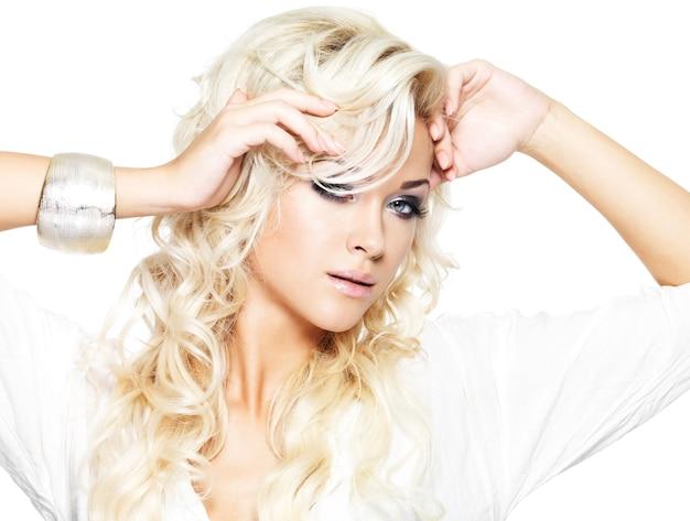 長い巻き毛の美しいファッションモデル-白で隔離