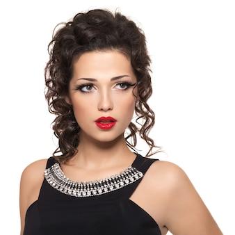 Bellissima modella con labbra rosse isolate su bianco