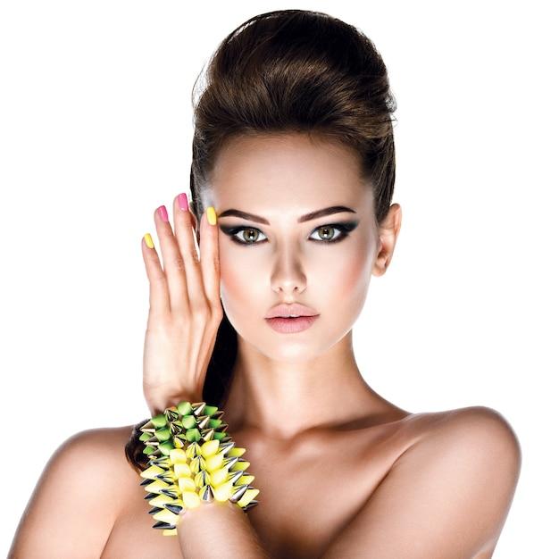 Красивая манекенщица с браслетом с заклепками