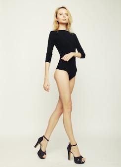 Красивая фотомодель женщина с идеальным стройным телом и длинными ногами