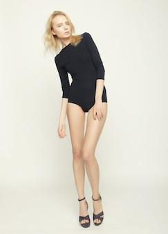 完璧なスリムなボディと長い脚を持つ美しいファッション モデルの女性