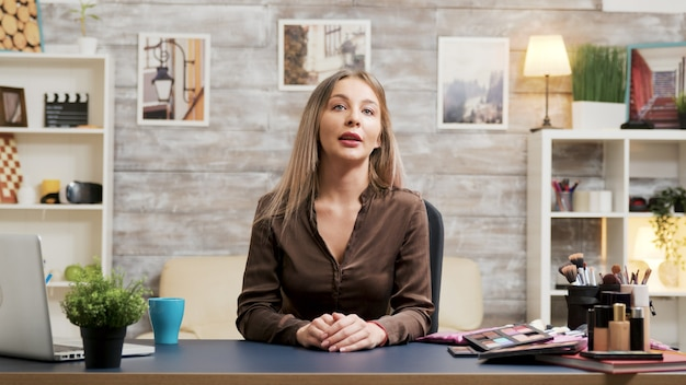 그녀의 소셜 미디어 네트워크를 위한 아름다운 패션 블로거 녹화. 유명한 인플루언서. 화장품 튜토리얼.