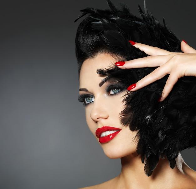 빨간 손톱, 창조적 인 헤어 스타일 및 메이크업으로 아름다운 패션 여성