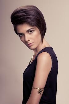 ストレートの短い髪型のポーズと美しいファッション女性 Premium写真