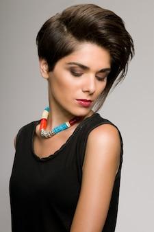 ストレートの短い髪型と美しいファッション女性