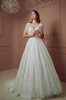 교회에서 결혼식 전에 아름 다운 패션 젊은 신부
