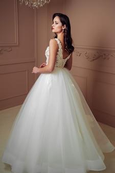 결혼식 전에 아름 다운 패션 젊은 신부