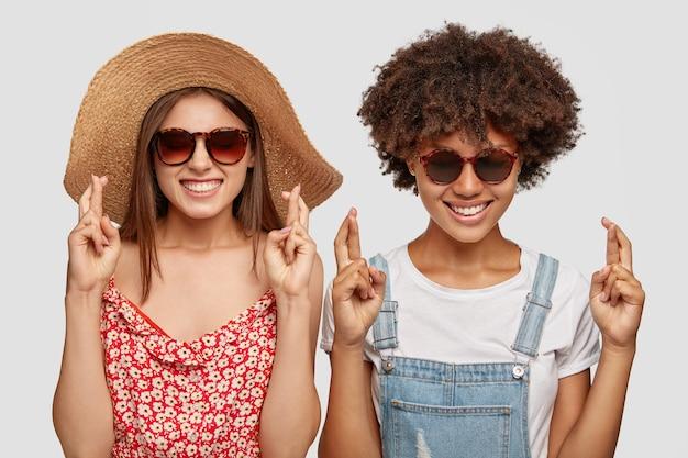 아름 다운 유행 아가씨 여름 모자를 착용