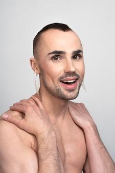 Красивый модный мужчина с макияжем
