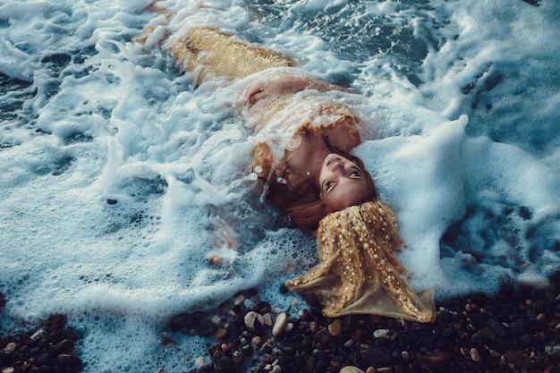 바다 바위에 앉아 아름다운 유행 인어