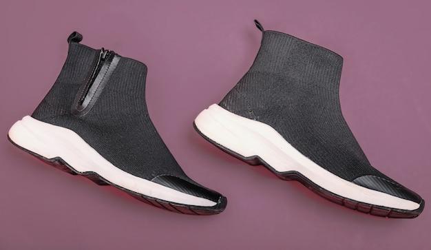 Красивые модные носки кроссовки на фиолетовом фоне