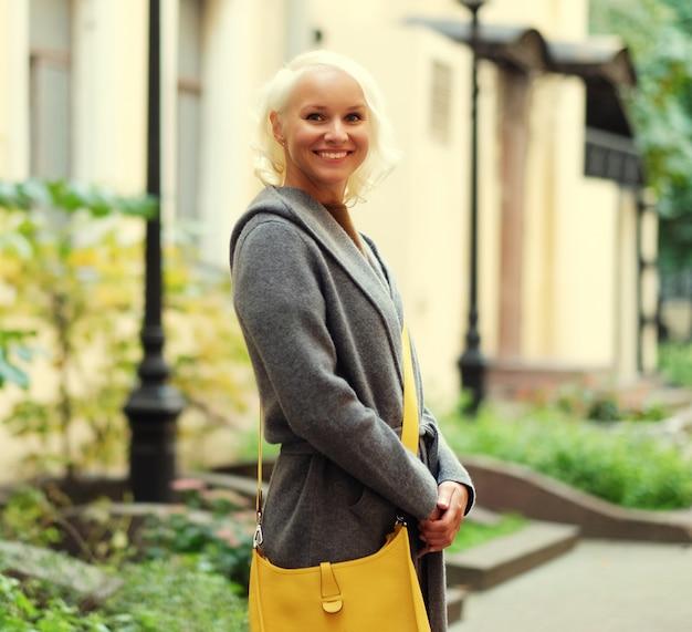 Красивая модная женщина, стоящая на улице города. осенний день.