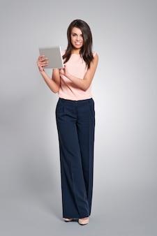 Donna bella e alla moda con tavoletta digitale