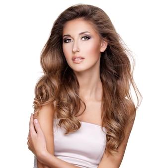Bellissima modella fasion con splendidi capelli lunghi e trucco in posa