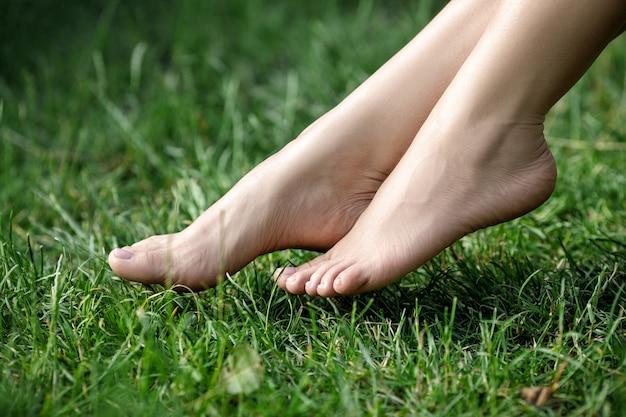 여름에 푸른 잔디에 아름 다운 여성의 맨발