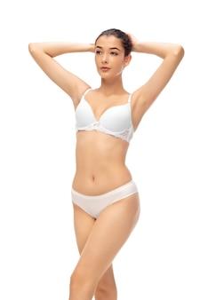 아름 다운 여성의 몸은 흰색 절연