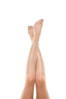 흰색 배경에 고립 된 아름다운 여성의 몸 다리 미용 화장품 스파 제모