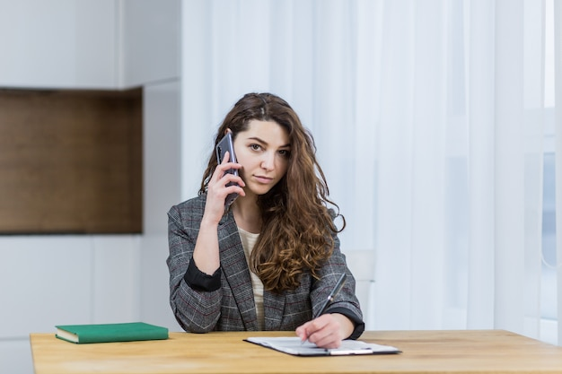 Красивый женский бизнесмен, работающий из дома