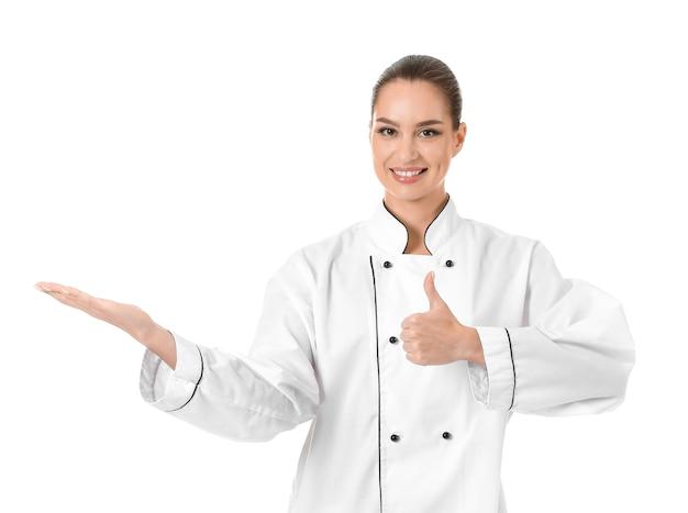 Красивая женщина-повар показывает палец вверх на белом