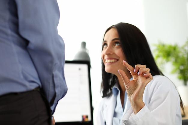 남성 환자 음경 크기의 재미를 만드는 아름다운 여성 의사