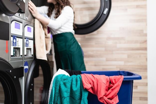 세탁소에서 일하는 아름다운 여성 직원.