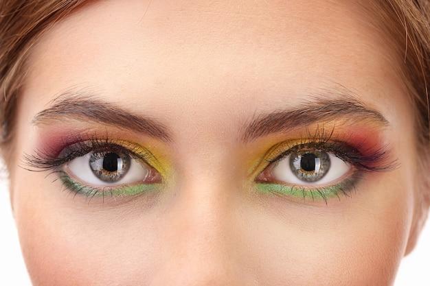 Красивые женские глаза с ярким осенним макияжем