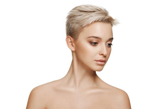 아름다운 여성의 얼굴. 흰색에 얼굴의 완벽하고 깨끗한 피부.