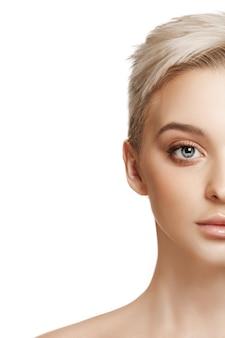 Bel volto femminile. pelle del viso perfetta e pulita su bianco.