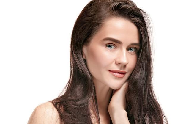 Un bel volto femminile. pelle perfetta e pulita di giovane donna caucasica su sfondo bianco studio.