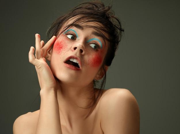 完璧な肌と明るいメイクの美しい女性の顔