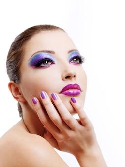 Bella faccia femminile di moda maodel con trucco alla moda luminoso.