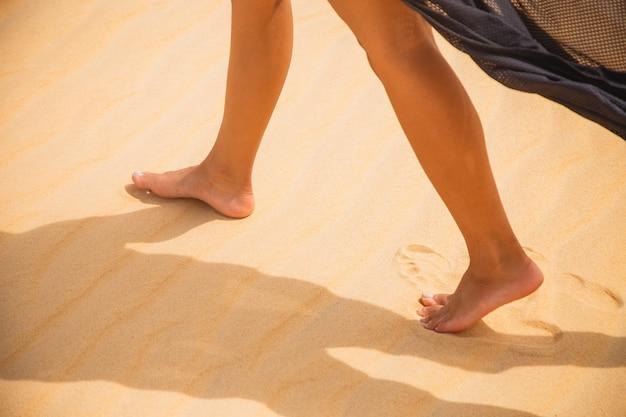 Красивые женские ноги, идущие под пустыней