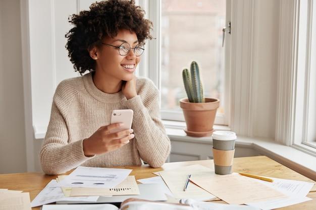 在宅勤務の美しい女性金融家