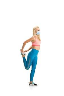 Тренировка красивых женщин фитнес-тренер, изолированные на фоне белой студии