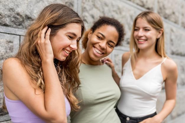 Bei amici femminili che esaminano una ragazza